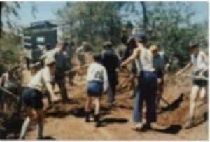 Grupo de niños trabajando en Colonia Dignidad